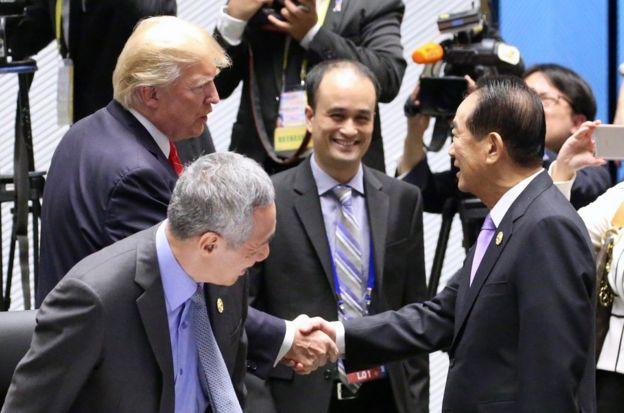 11月11日,亞太經合會議(APEC)經濟領袖閉門會議在越南峴港舉行。台灣APEC領袖代表宋楚瑜(前右)與美國總統特朗普(後左)握手致意。