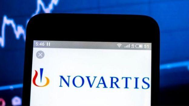 Celular com símbolo da Novartis