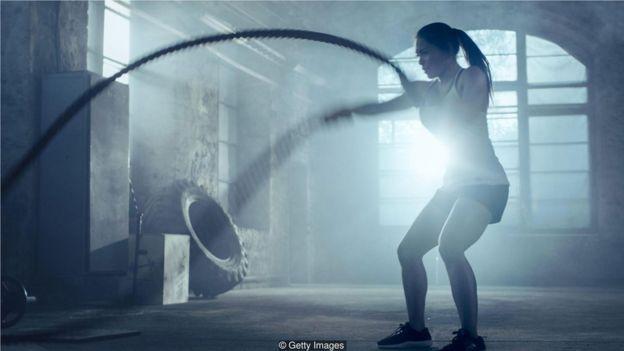 蛋白补充剂品牌建议在强身锻炼后喝蛋白质饮品以帮助肌肉组织的生长和修复。(Credit: Getty Images)