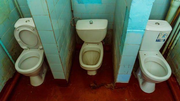 Inodoros en un baño viejo.