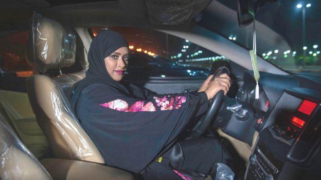 Mujer saudita conduciendo auto