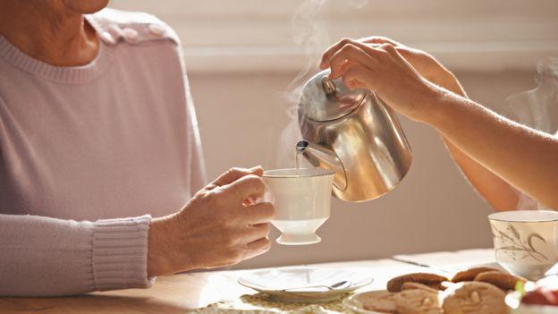 Dos personas tomando té