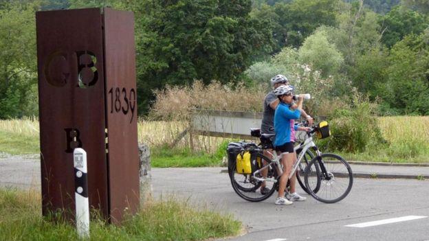 Ciclistas em estrada de Büsingen