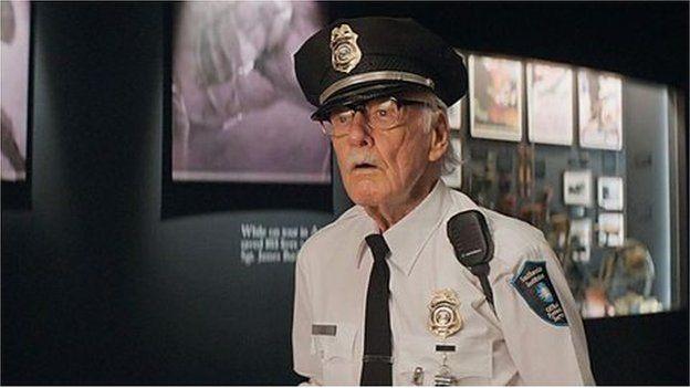 Stan Lee yn un o'i 'cameos' enwog, y tro yma fel swyddog diogelwch yn y Smithsonian yn 'Captain America: The Winter Soldier'