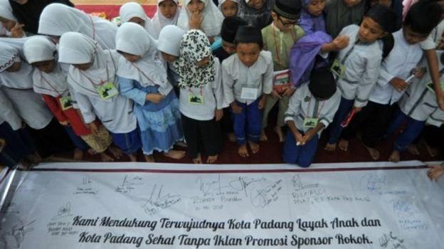 Kota Padang tanpa iklan rokok, di Padang, Sumatera Barat, Kamis (31/5).