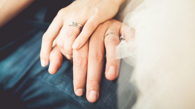 Manos de un hombre y una mujer recién casados