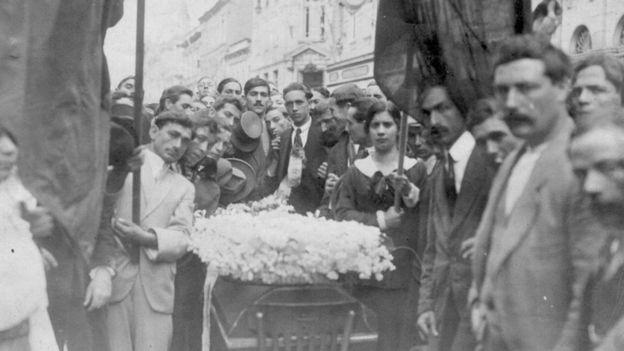 Cortejo fúnebre do sapateiro Martinez, morto em confrontos com a polícia