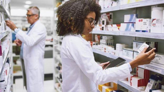 Trabajadores en una farmacia.