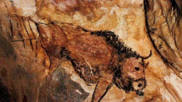 Una pintura rupestre de algo que parece un caballo