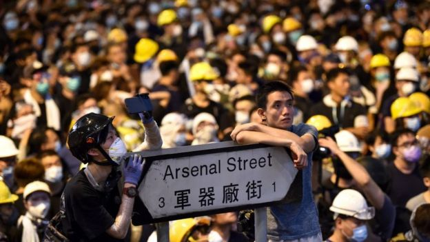 Người biểu tình tập trung tại trụ sở cảnh sát Hong Kong hôm 21/06