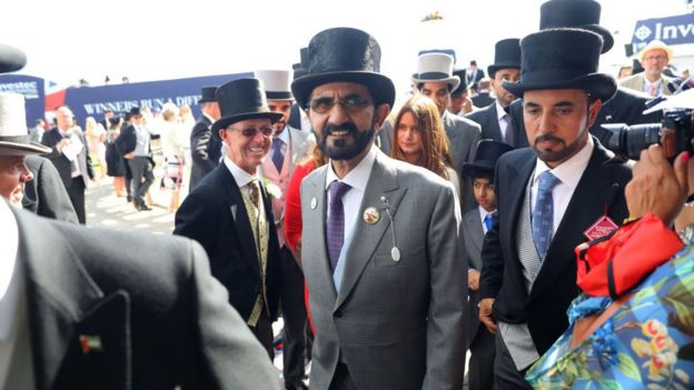 O xeique Mohammed bin Rashid al Maktoum (ao centro, de cartola e óculos) em uma corrida de cavalo na Inglaterra