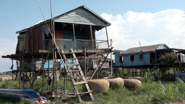 Một ngôi nhà nổi bị kéo lên bờ