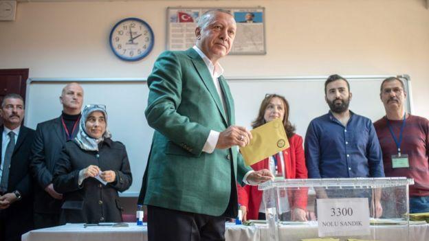 erdoğan oy kullanırken