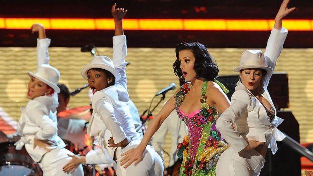 Katy Perry interpretando en los Grammy de 2009 su éxito I Kissed a Girl