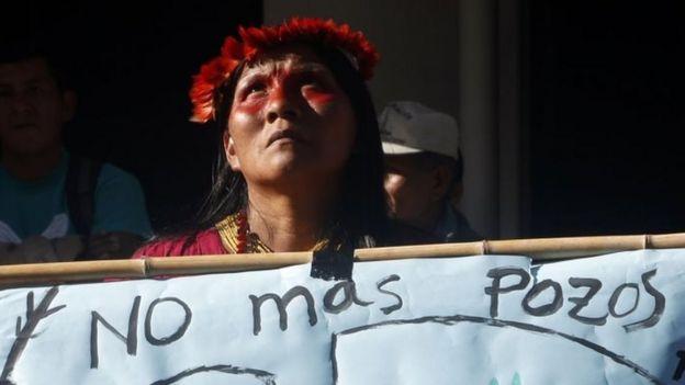Indígena protesta contra exploração de petróleo na Amazônia