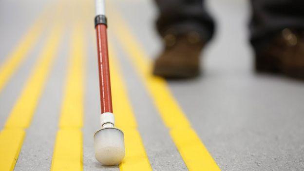 Крупным планом чонсервной банкы слепого человека на дороге