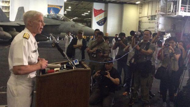 Chuẩn Đô đốc Karl Thomas, chỉ huy Lực lượng 70 thuộc Nhóm Tác chiến Tàu Sân bay 5 tại cuộc họp báo trên hàng không mẫu hạm USS Ronald Reagan