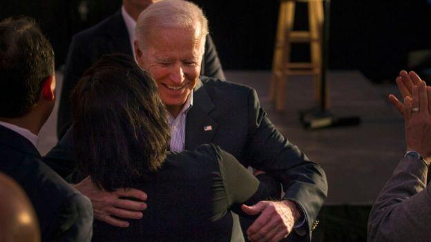 Joe Biden abrazando a una mujer.