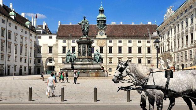 نظم الحفل في قصر هوفبورغ الفخم بالعاصمة النمساوية