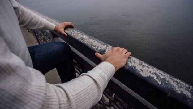 Hombre en puente