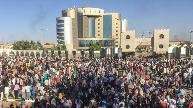 جانب من الاعتصام امام مقر قيادة القوات المسلحة في الخرطوم
