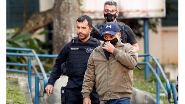 Fabrício Queiroz sendo conduzido por policiais