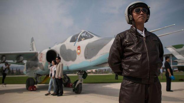 Un plioto norcoreano posa frente a un avión de combate Sukhoi, de fabricación rusa.
