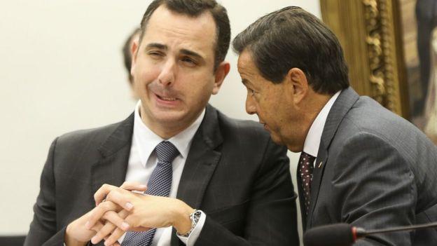 O deputado Rodrigo Pacheco e o relator, deputado Sérgio Zveiter, durante sessão da Comissão de Constituição e Justiça da Câmara para discutir o parecer favorável à denúncia contra o presidente Michel Temer.