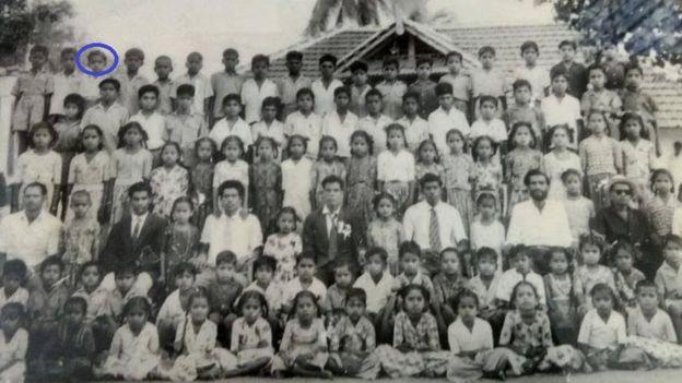 أنادوراي مع رفاق دراسته وهو في سن التاسعة