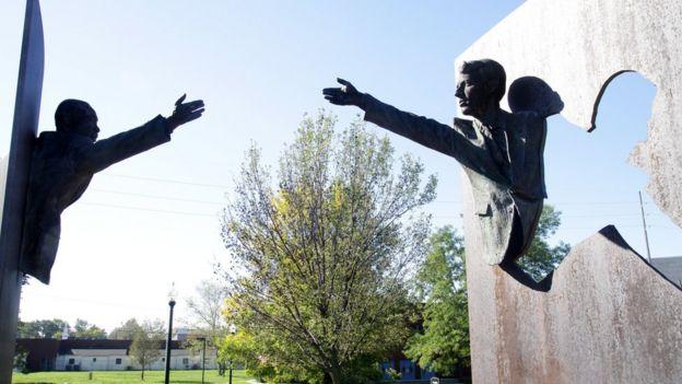 Esculturas de Martin Luther King e Robert Kennedy em um parque em Indianapolis