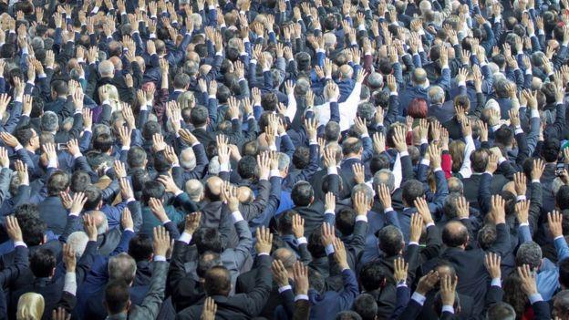 AKP'li belediye başkan adayları, tanıtım toplantısında liderleri Recep Tayyip Erdoğan'ı dinlerken