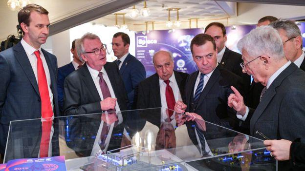 Yuri Oganessian junto a autoridades rusas