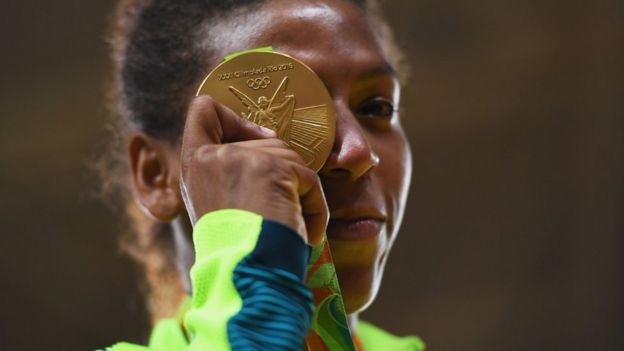 Para jornalista, é normal que pessoas se apeguem a heróis olímpicos, como Rafaela Silva, em momento conturbado do país