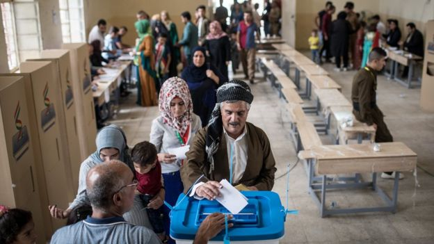 People are seen casting their vote in a Kurdish independence referendum at a polling station in Kirkuk, Iraq (25 September 2017)