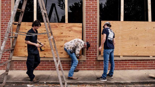 Магазины и предприятия заколачивают окна в надежде сохранить свою собственность