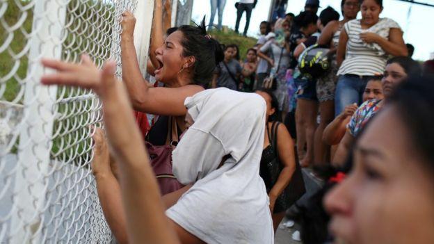 Mulheres em frente a presídio onde houve massacre de presos em Manaus