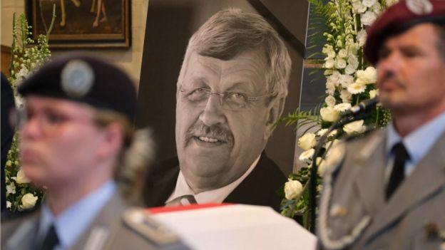 Una guardia de honor vigila el ataúd de político alemán asesinado Walter Lübcke