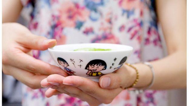 給湯流茶道のメンバーが幼少期に使っていたという、レトロ感あふれるアニメ食器。古びた日用品を茶道具に見立てて、ノスタルジーを感じさせる(撮影:岸本咲子)