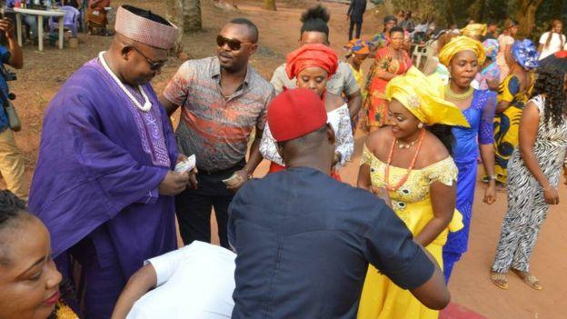 La pareja celebrando. Foto: Chidimma Amedu.