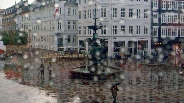 Praça na Dinarmaca em dia de chuva