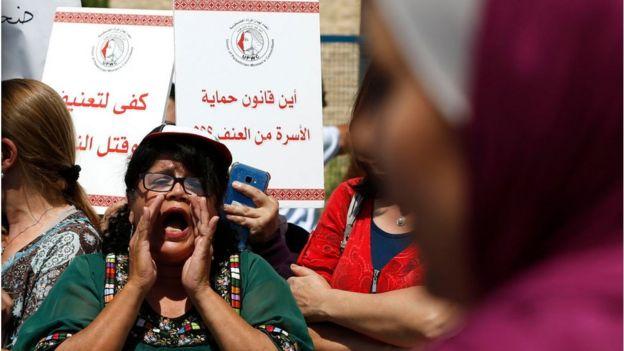 نساء فلسطينيات يتظاهرن في رام الله (أيلول/سبتمبر) بعد مقتل إسراء غريب على يد رجال من عائلتها