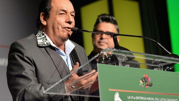 Carlos Mejía Godoy recibiendo su Grammy Latino.