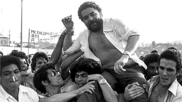 Lula é carregado por colegas durante um protesto promovido pelo sindicato em 1979