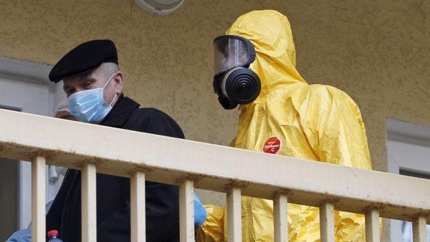 На Тернопільщині кажуть, що вже понад тиждень лікарі з пацієнтами працюють лише в захисних костюмах