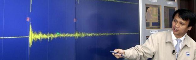Un funcionario surcoreano, en Seúl, señala las ondas sísmicas generadas por la prueba subterránea (25 de mayo, 2009)