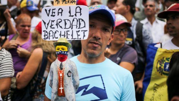 Hombre venezolano en una manifestación