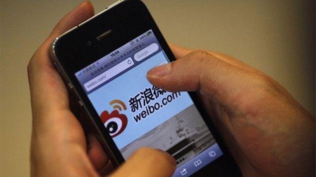 Un teléfono celular muestra la portada de la red social china Weibo.