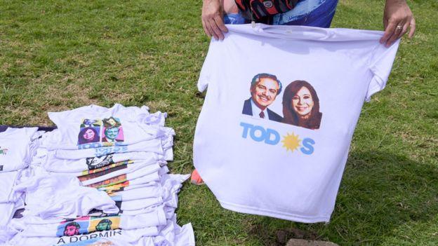 Una camiseta con la imagen de los candidatos del Frente de Todos