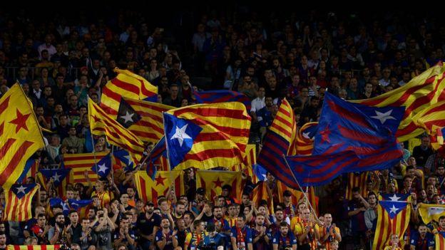 Banderas independentistas en el Camp Nou.
