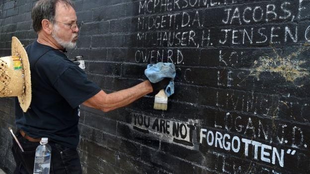 Một cựu binh Mỹ lau rửa bức tường Tưởng niệm Cuộc chiến Việt Nam ở Venice Beach, California hồi 2016
